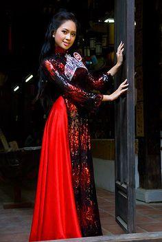Người đẹp e ấp với áo dài nơi phố cổ.   Nguyễn Linh Chi, Hà Nội.