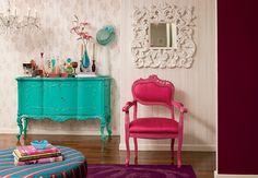 Uma maneira de resgatar móveis antigos, transformando-os em modernas peças de design, é dando a eles novas cores. Neste apartamento, a cômoda foi pintada de turquesa e a cadeira, de rosa. Projeto da designer de interiores Neza Cesar