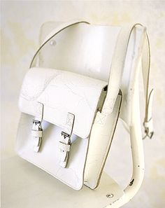 Leather satchel in crackled white @}-,-;--