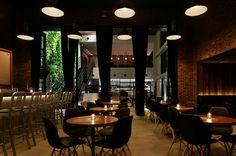 """Diseñado para ser un refugio de fácil acceso desde la vida urbana, Wonderwall de Código restaurante Kurkku es una utopía en medio de Zen bulliciosa Tokio. La puerta de bienvenida de madera y la exuberante flora atrae a habitantes de la ciudad en el interior """"Yoyogi aldea"""""""