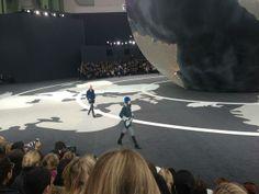 Au défilé #Chanel le tweed est revisité avec du lurex et les filles portent des casques en fourrure #PFW