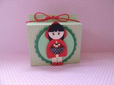Caixa Kids confeccionada com papel de scrapbook e chapeuzinho vermelho desenvolvida com tecnicas de punch art.  Quantidade minima: 20 unidades Tamanho: 9,5cm alt x 9,5cm comp x 5cm larg R$6,50