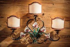 Applique a 3 luci con orchidee - in ferro battuto decorato a mano