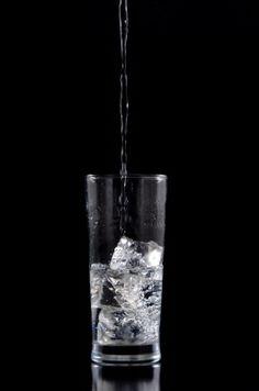 Enfría el agua o échale cubitos de hielo - ¿Qué hago para beber más agua al día? #Trucos #tips #consejosdefarmacia #farmacia #pacientes #salud #beberagua http://kcy.me/15iea