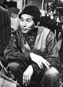 Akira Kurosawa est un réalisateur, producteur, scénariste et monteur japonais, né à Tokyo en1910 et mort à Tokyo en 1998. Avec Yasujirō Ozu et Kenji Mizoguchi, il est considéré comme le cinéaste japonais le plus célèbre et le plus influent de l'histoire. En 57 ans de carrière cinématographique, il réalisa pas moins de 30 films (Rashômon, Les Sept Samouraïs, Dersou Ouzala, Kagemusha, Ran, Rêves, etc.).
