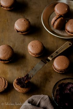 Chocolate Macarons recipe | via ledelicieux.com 250 repins