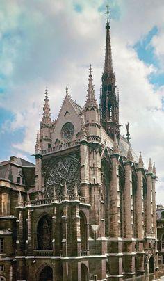 La Santa Capilla (Sainte-Chapelle, en francés), también denominada Capilla real de la Île de la Cité, es un templo gótico situado en Île de la Cité, en el centro de la ciudad de París, Francia. Está considerada una de las obras cumbre del periodo radiante de la arquitectura gótica.  El proyecto se debe, probablemente, a Pierre de Montreuil que la edificó en un corto período: de 1242 a 1248.