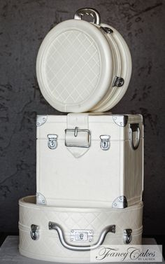 White Luggage WeddingCake | FANCY CAKES BYLAUREN can u believe this is a cake?!!!!!!!!!!!