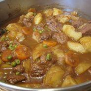 Estofado de carne con patatas y guisantes