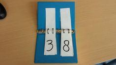 Klikklakboekje gebruiken voor rekenen... tip: voor de lossen/enkelen groen gebruiken voor de tienen oranje en voor de honderdtallen rood....werkt goed om aandacht te vragen voor de plaatsbepaling én de waarde van de cijfers (AnneK)