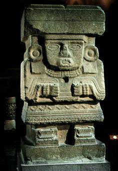 """Escultura de piedra basáltica representando a Chalchiuhtlicue, deidad de las aguas mansas (""""del agua horizontal"""") Probablemente sostuvo la viga de madera del vano de una puerta. Encontrada en el área de la Pirámide de la Luna, en Teotihuacán. Pertenece al período Clásico Medio mesoamericano,  alrededor de 600 D. de C.  Culturas del Altiplano Central, Teotihuacan, México. mcba."""