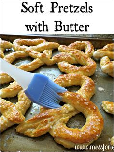 Soft pretzel recipe - the kids will love them fresh from the oven!For the pretzel dough you will need: 2 1/2 cups of flour 1 teaspoon of salt 1 teaspoon of sugar 2 1/4 teaspoon of highly active yeast 1 cup of warm water For the topping you will need: 1 cup of boiling water 2 tablespoons of baking soda sea salt or coarse salt 3 tablespoons of butter