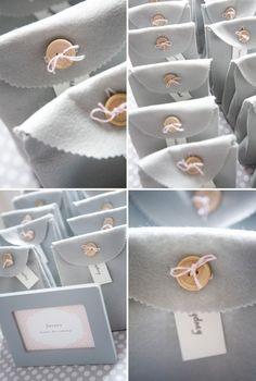 Cornice grigia con sacchetto in feltro e bottone