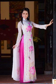 Người đẹp e ấp với áo dài nơi phố cổ.  Nguyễn Thị Chúc Anh, Cần Thơ.
