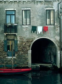 Clothes on the line = Italian flag.