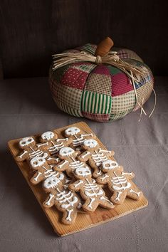 Gingerbread men decorados con glasa como esqueletos