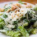 Clásica ensalada italiana con parmesano, anchoas huevo tibia y crutones.