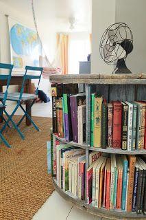 Mesa librería elaborada con una bobina de cable.