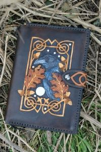 By Skyravenwolf http://www.skyravenwolf.com/details.php?cat=Usk%20Journal%20A5&subcat=&product=625&productname=Raven%20and%20celtic%20knotwork%20journal http://www.skyravenwolf.com/images/uploaded/625--DSC01109%20(532x800).jpg