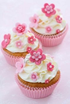 Pink andd white floral cupcakes