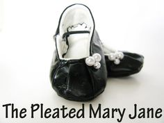 Free pattern for Pleated Mary Jane baby shoes. I love this shiney black look.