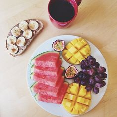 breakfast before work once again was this piece of heaven; sourdough bread with pb and banana sprinkled with some cinnamon, next to a plate of watermelon, mango cheeks, grapes and a passion fruit  and of course a coffee ☕️