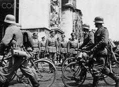 German troops invade Paris in June 1940 - German bicycle battalion march along German Generals at Arc de Triomphe. Photo: Berliner Verlag/Archiv