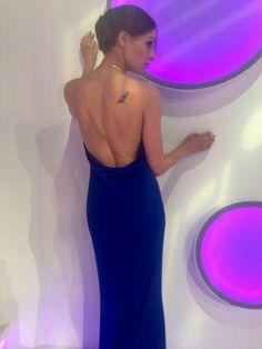 Eva González - Blog 'Las Tentaciones de Eva' 2012/2013 http://las-tentaciones-de-eva.blogs.elle.es/2013/06/14/la-espalda/  vestido es de Etxart & Panno, azul Klein