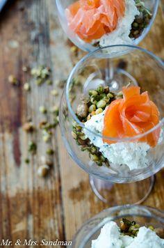 Verrines de saumon fumé, crème de fromage et lentilles sautés