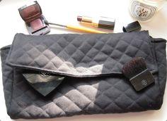Un joli sac pochette en tissu noir.  Il est matelassé effet sac Chanel.  Il se ferme par un aimant.  Il en est entièrement doublé.