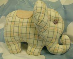 Elefante filhote confeccionado em tecido de algodão com enchimento de fibra siliconada. Ideal para a decoração de quartos de bebê. R$20,00