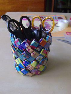 Manualidades con papel trenzado Hoy te vamos a enseñar cómo hacer bolsos, pulseras, artículos de escritorio, y todo tipo de manualidades con la técnica del papel trenzado. Y lo mejor de todo, puedes hacerlo reciclando envoltorios de infinidad chuches. http://bricoblog.eu/manualidades-con-papel-reciclado-trenzado #Manualidades #Reciclado