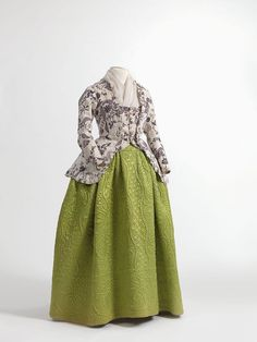 Caraco jacket in printed cotton, England, 1770-1790, skirt in quilted silk satin, 1750-1790. Jacoba de Jonge Collection in MoMu - Fashion Museum Province of Antwerp