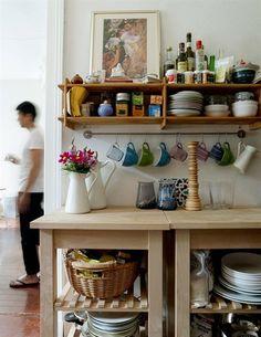 Les 6 tasses toujours utilisées suspendues sous le comptoir au lieu de l'encombrer.