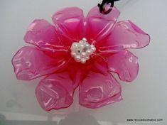 Colgante con forma de flor con una botella de plástico reciclada