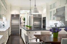 Image on Интериор, идеи за интериорен дизайн и обзавеждане на кухни, баня, хол, детска стая и дома  http://artcafe.bg/wp-content/uploads/2013/04/inspiring-white-kitchen-designs-19-554x366.jpg
