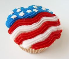 4th of July Flag Cupcakes from @Wizzley  #4thofJuly #Cupcake #Decorating Ideas