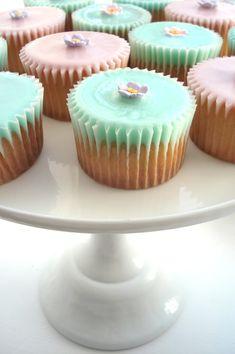 pretty cupcakes. unique icing technique.