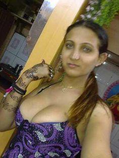 Ek Road Par Mast Aunty Mili. Yeh Kahani Padho Is Mein Road Mein Milney Wali Aunty Ki Jabardast Chudai Ki....