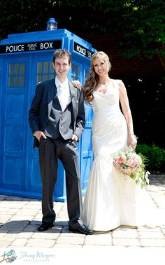Doctor Who wedding photos with the Tardis
