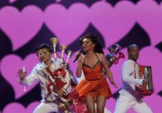 Rumanía cantó parte de su actuación en español. Puedes ver su actuación en http://www.rtve.es/eurovision
