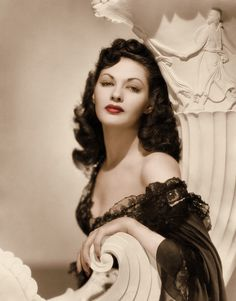 Yvonne De Carlo, 1940s -- what a classic look.