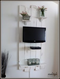 DIY:: Repurposed Fence Gate TV Wall  !(or can use salvage wood, pallets, or shutters)  !(Excellent Tutorial)