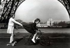 photograph, happy birthdays, bicycl, pari, champ, robert doisneau, children play, black, kid