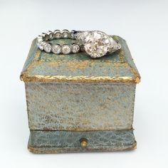 Those rings and that box... absolute Perfection!! #singlestone #vintage #weddingring #engaged