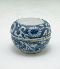 Small Circular Covered Box with Floral Decor, Chinese, Qing dynasty, 18th-19th century, Harvard Art Museums/Arthur M. Sackler Museum.