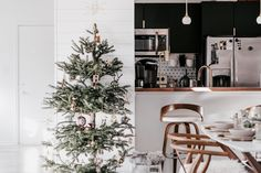 A Dallas Condo Decked Out for Christmas Decor | Apartment Therapy