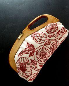 Beautiful and elegant use of redwork. 樋口愉美子与刺绣口金
