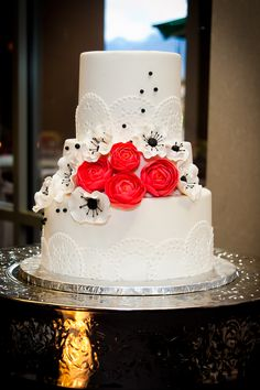 TPC Las Vegas Wedding Photos by KMH Photography. White, Red, and Black Wedding Cake.