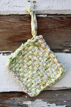 fabric yarn potholders - see how they're made from fabric scraps